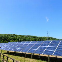 青空の下に設置された太陽光パネルの画像