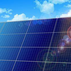 太陽光を反射しているソーラーパネル
