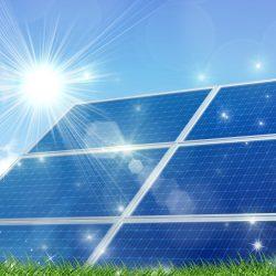 太陽光パネルに太陽が辺り光り輝いている画像