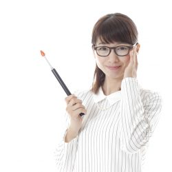 メガネをかけた女性がこちらを見ている画像