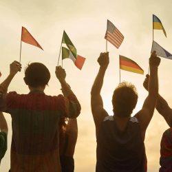 国旗を掲げる複数の人